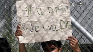 Un migrant que serà expulsat a Turquia ensenya un paper contra les deportacions al centre de Mòria, a Lesbos (Reuters)