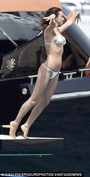 Indo, indo ... embora: Irina se atreveu a tomar a mergulhar quando ela mergulhou na água a partir da borda do barco