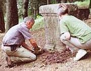 Il prof. Visonà (a sinistra) rinviene un altare funerario (Uky.edu)
