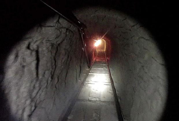 Foto mostra túnel usado para tráfico de drogas entre Tijuana, no México, e San Diego, nos Estados Unidos (Foto: Policía de Imigracão e Aduanas dos Estados Unidos/AP )