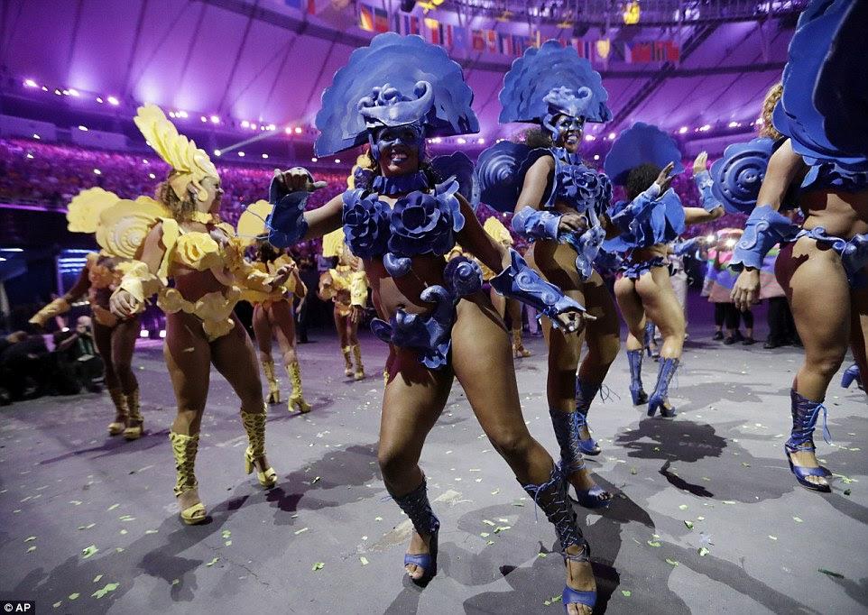 Escolas de Samba de artistas mais talentosos dançou durante a cerimônia de abertura dos Jogos Olímpicos de 2016 no Rio de Janeiro, Brasil