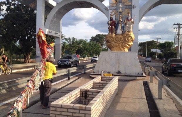 Idoso paga promessa após caminhar por 7 anos carregando cruz de 50 kg em trindade, Goiás (Foto: Giovana Dourado/TV Anhanguera)