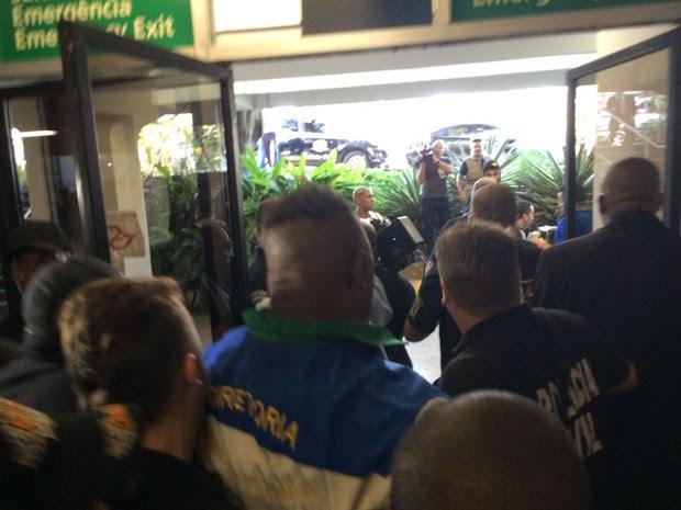 Integrante da Vila Maria é preso pela Polícia Civil durante confusão na apuração das notas (Foto: Carol Dantas/G1)