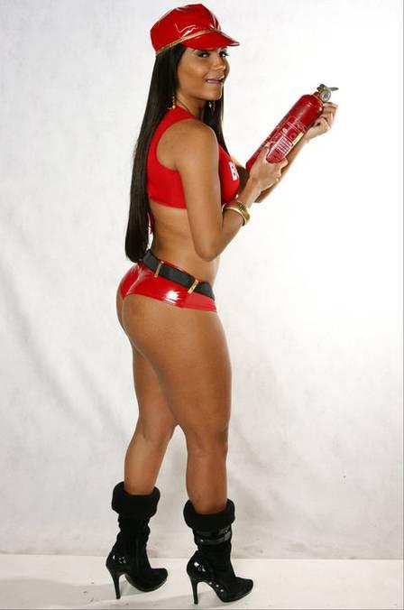 A fantasia sexy de bombeiro da musa da Portela deve mexer com os hormônios masculinos