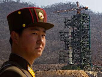 """Подготовка к запуску северокорейской ракеты """"Ынха-3""""Фото ©AP"""