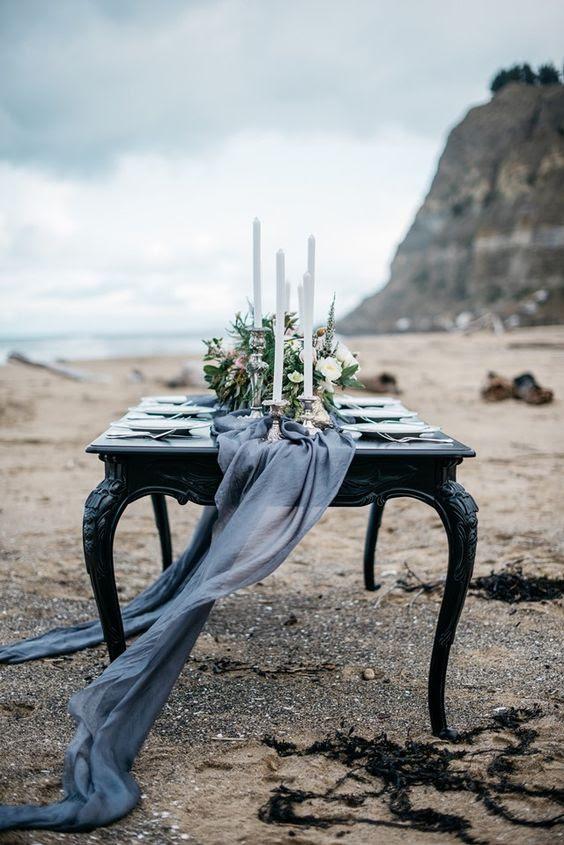 fließende graphite grey Tischläufer für einen eleganten winter-Strand-Hochzeit