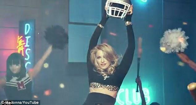Triumph: Madonna puxa os capacetes fora de alguns dos futebolistas durante o grand finale