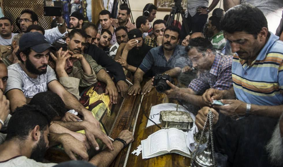 Familiares velam o corpo de uma das vítimas do atentado.