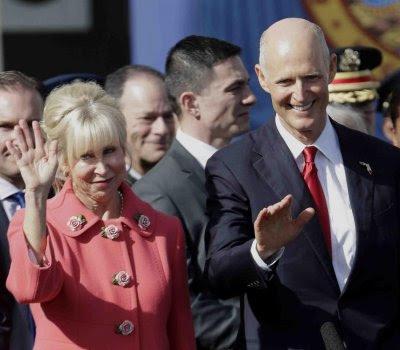 Scott y su esposa Ann saludan durante la ceremonia.