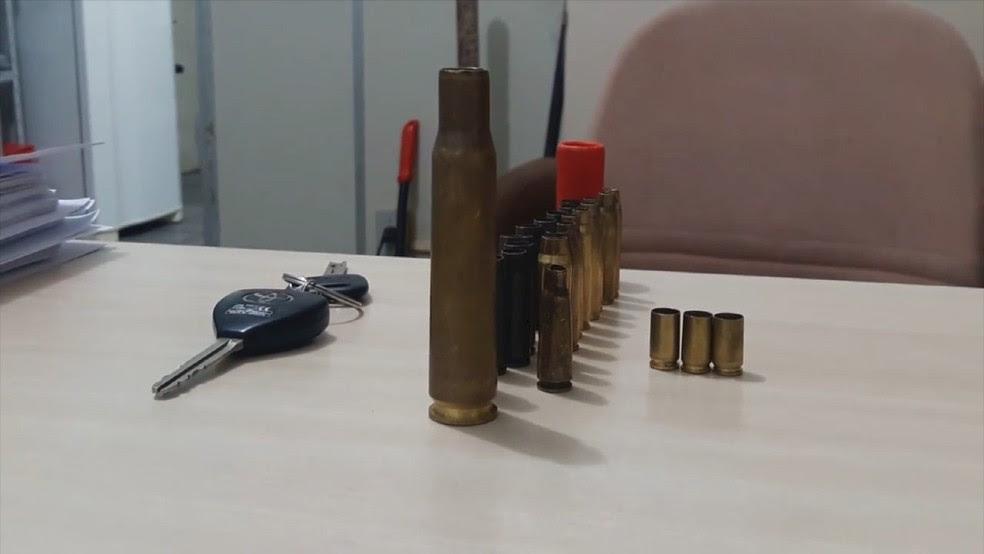 Cartuchos e fuzil foram encontrados dentro de carro no RN (Foto: Divulgação/ Polícia Civil)