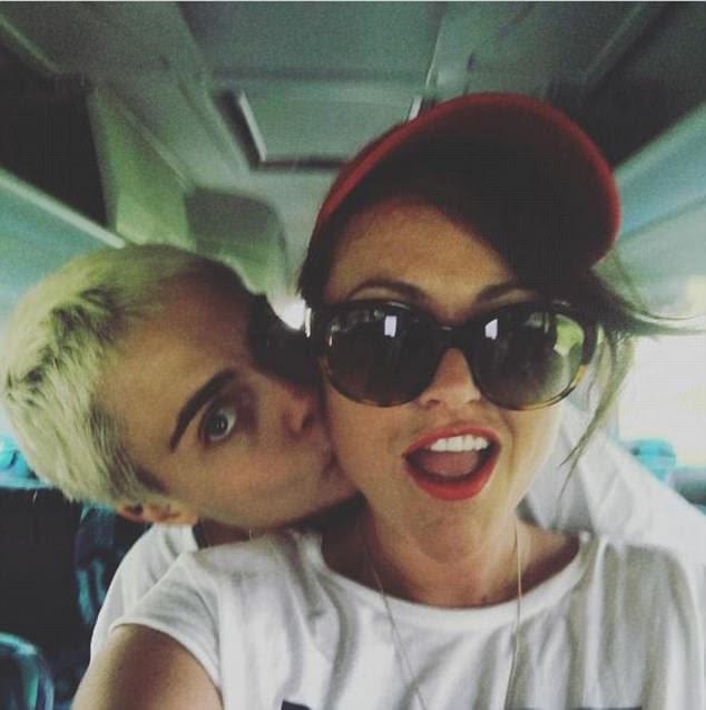 Amigos próximos: Jaime compartilhou um doce selfie com a atriz Valerian quando eles pararam em seu 25º aniversário juntos