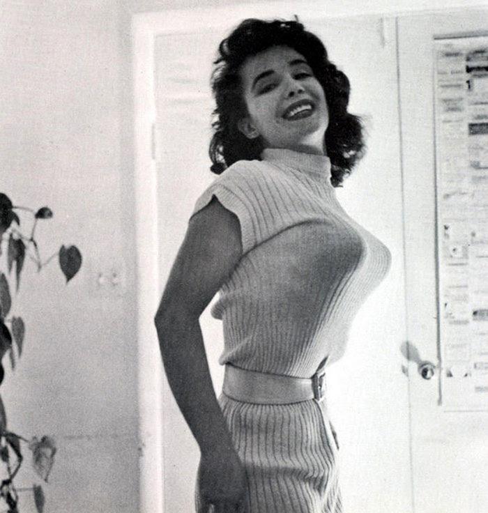bullet-bra-fashion-vintage-12-5954ebb8c6c7f__700.jpg