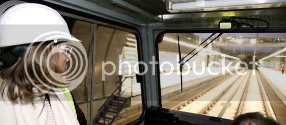 Elvira Rodríguez recorriendo la línea de Metro Norte