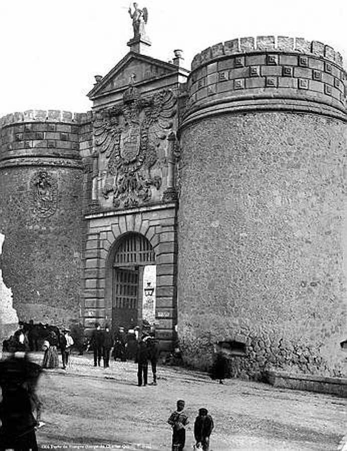 Puerta de Bisagra hacia 1880. Fotografía de Levy