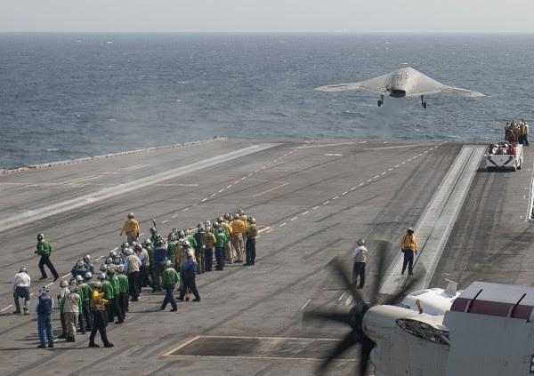 George HW Bush está llevando a cabo acciones de formación en el Océano Atlántico.