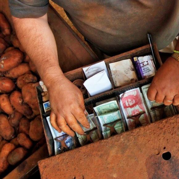 Pesos cubanos en un mercado en La Habana, Cuba. Foto: Desmond Boylan