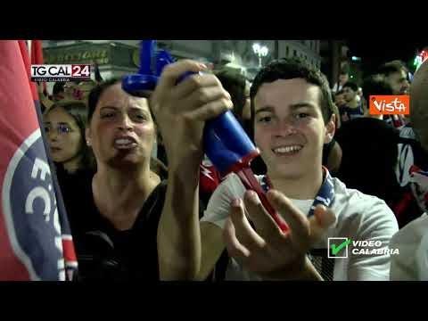Crotone in Serie A, i festeggiamenti senza distanziamento in città