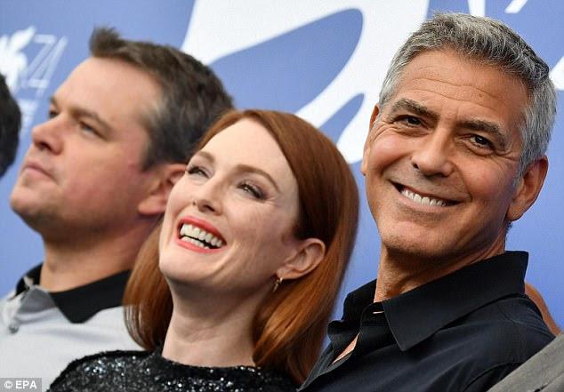 Grandes espíritos: George estava ladeado por seu amigo e talento de atuação Matt, junto com Julianne que deslumbrou ao lado de seus pares e sorrindo de orelha a orelha
