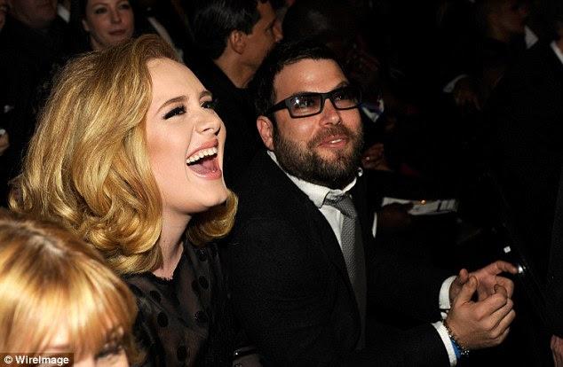 """Apoio: A cantora parceiro creditado Simon, na foto com ela no Grammy em 2012, com a ajuda de seu """"chegar ao outro lado"""" do que estava segurando suas costas"""