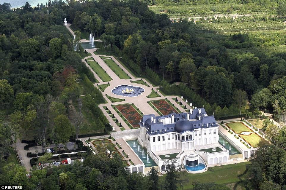 A propriedade está cercada por jardins paisagísticos que apresentam uma estátua de estátua do antigo monarca francês Luís XIV, ou Louis o Grande, que governou o país por um recorde de 72 anos e cujo amor pela opulência inspirou a criação