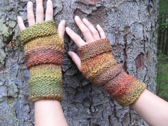 Comfy mittens in the shades of autumn