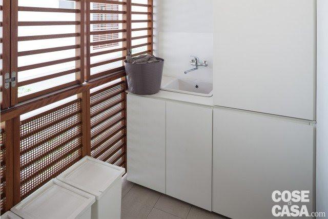 La lavanderia è un locale indipendente che misura circa 3,5 mq, comunicante con la cucina. È arredata con un lavatoio e una colonna che nasconde dietro le ante la lavatrice e un'asciugatrice installata a parete. Dotato di un'ampia finestra protetta da frangisole, il piccolo ambiente è a norma per potere essere utilizzato anche come stireria.