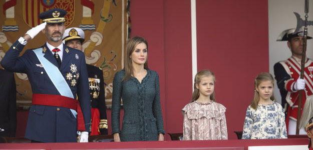 Los reyes, Felipe y Letizia, junto a su hijas, en los actos del día de la Fiesta Nacional, el 12 de octubre de 2014.