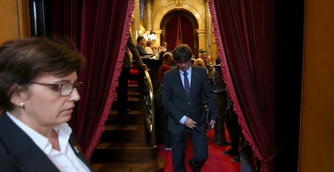 El president de la Generalitat, Carles Puigdemont, abandona por un momento el Pleno del Parlament, en la sesión en la que se ha introducido el debate de la ley de transitoriedad. REUTERS/Albert Gea