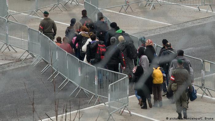 Refugees on the Slovenia-Austria border (picture-alliance/epa/C. Bruna)