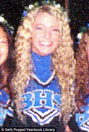 Ir equipa!  A Blake de cabelos encaracolados na sua roupa de torcida em 2005