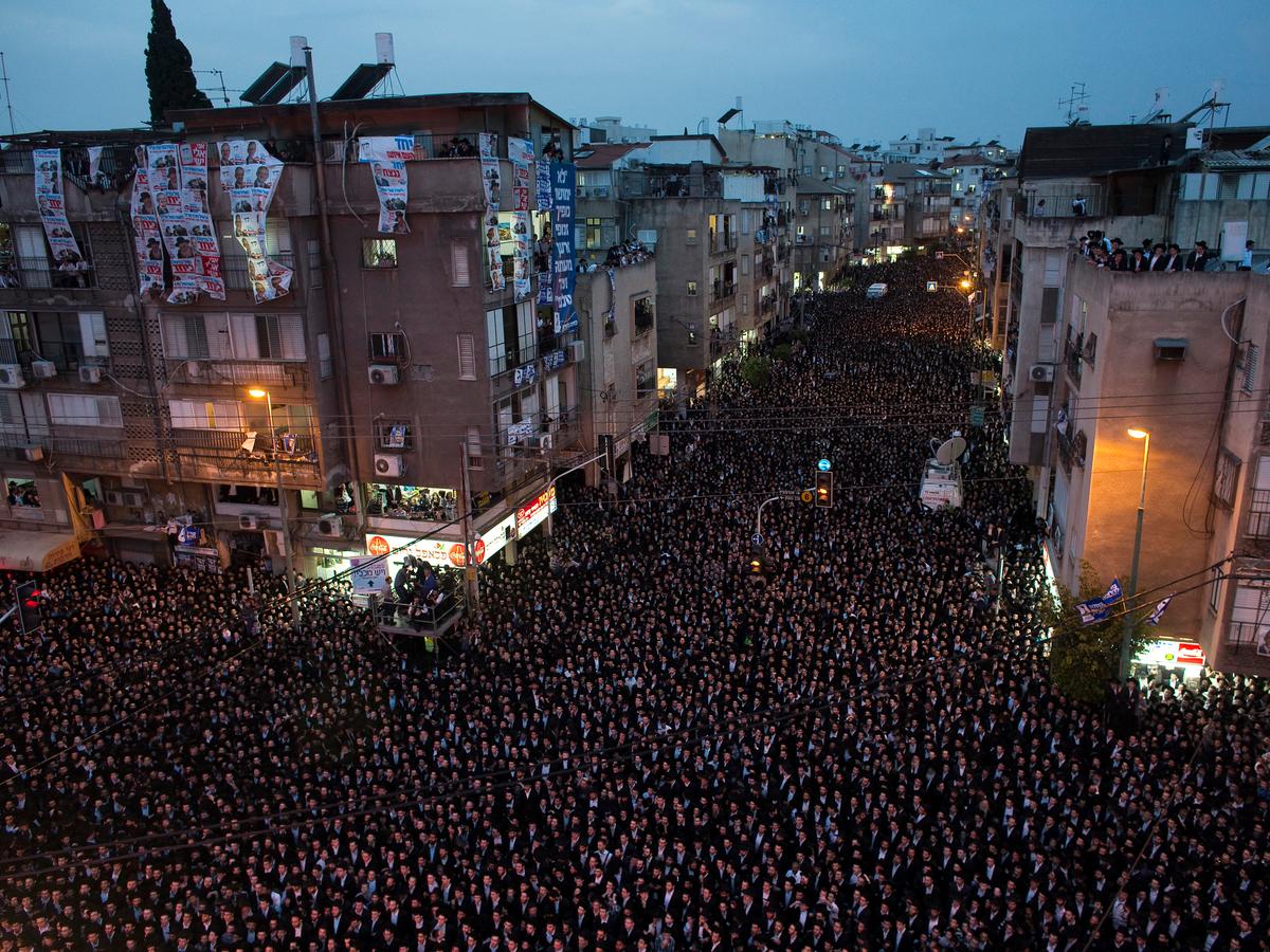 A cidade mais densa de Israel, Bnei Brak, tem uma densidade de população ao norte de 70.000 pessoas por quilômetro quadrado.  Os comícios políticos e as comemorações do feriado vêem o outpouring o mais grande dos residentes nos espaços públicos.