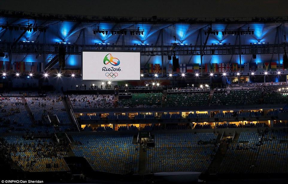 Quase lá: Logo após o por do sol os espectadores começaram a tomar os seus lugares em prontidão para a cerimônia de abertura