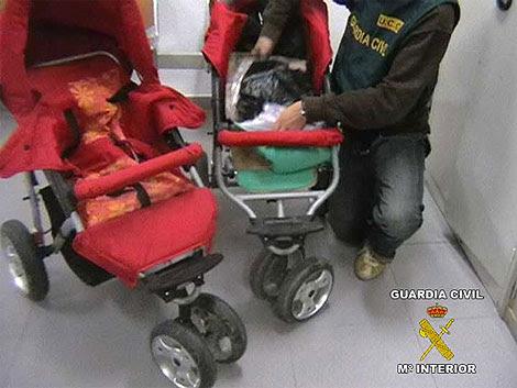 Dos de los carritos de bebés utilizados por la banda de narcotraficantes. | Guardia Civil
