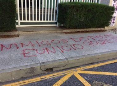 Movimentos sociais protestam em frente à casa do presidente do Senado, em Fortaleza