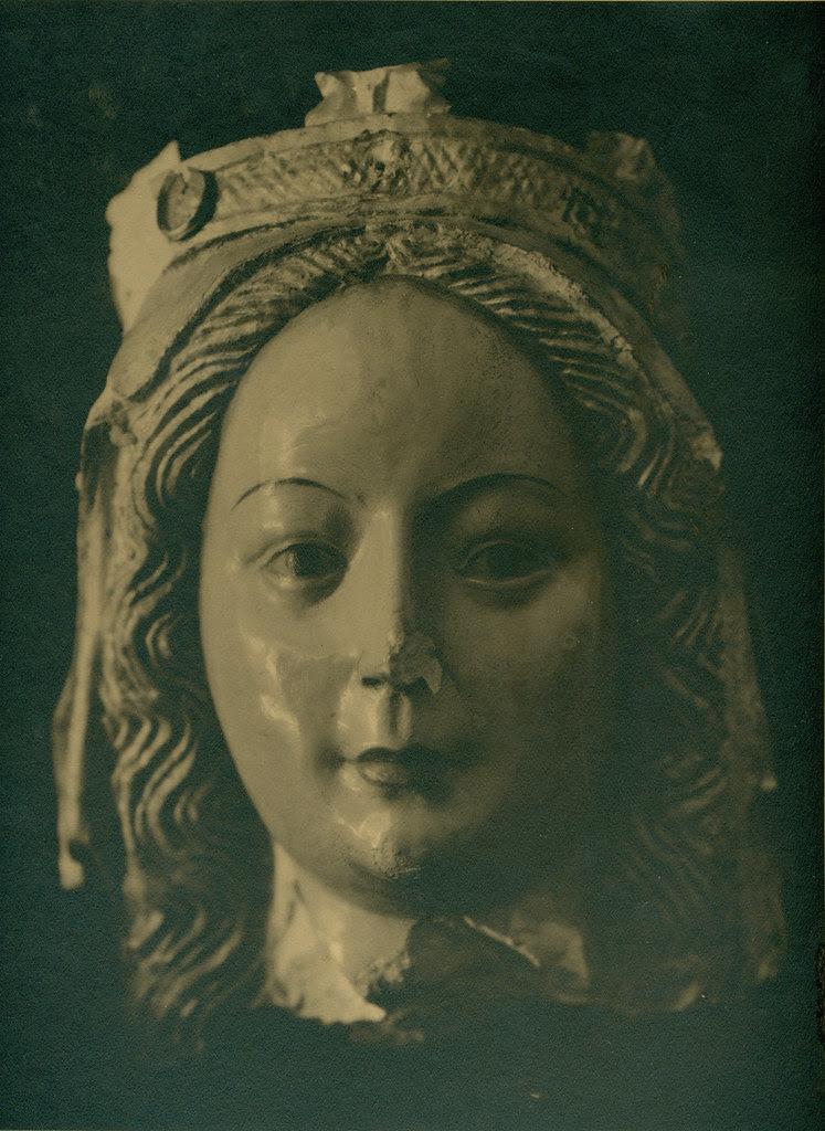 Escultura de mármol del siglo XIV del Convento de las Concepcionistas destruida en la Guerra Civil. Fotografía de Pelayo Mas Castañeda. Causa de los mártires de la persecución religiosa en Toledo