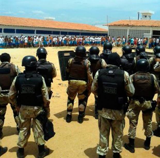 Policiais militares e agentes penitenciários retomaram o controle da unidade após destruição (Foto: Alex Alexandre/G1)