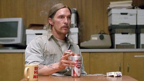"""Nas cenas """"presente dia"""", onde Cohle está discutindo com sua investigação detetives, bebidas Cohle latas de cerveja e fuma cigarros - de alumínio e cinzas.  Isso é uma maneira de dizer que, depois de anos na """"psicosfera"""" que Cohle está agora completamente imbuídos com isso?"""