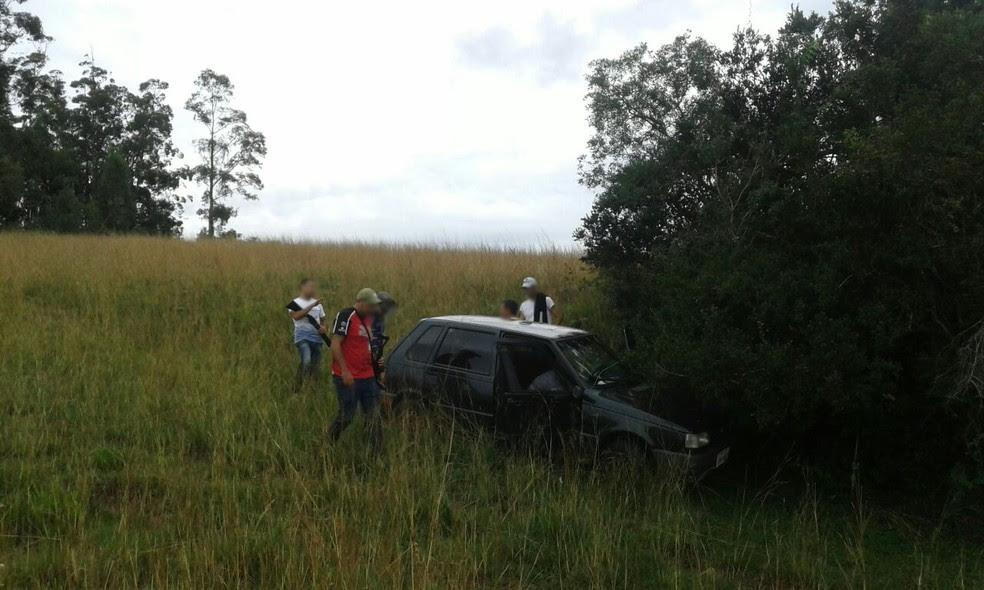 Homem estava escondido dentro de carro no interior de Santiago (Foto: Polícia Civil/Divulgação)