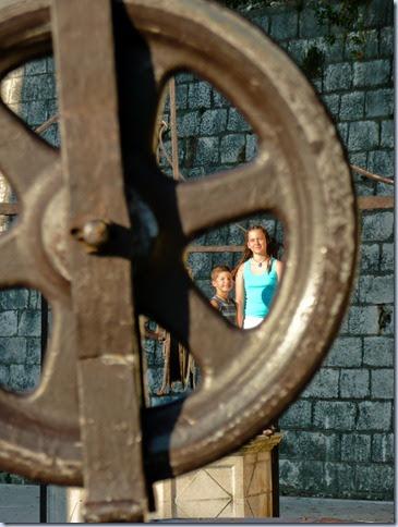Simon in Sonja na vodnjaku