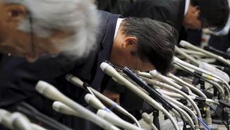 El president de Mitsubishi, Tetsuro Aikawa, i altres directius de la companyia s'inclinen per saludar abans de començar la compareixença informativa