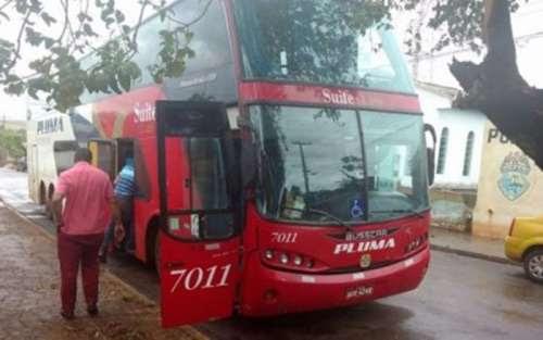 Bandidos trancam cerca de 40 passageiros em bagageiro de ônibus após assalto no Paraná
