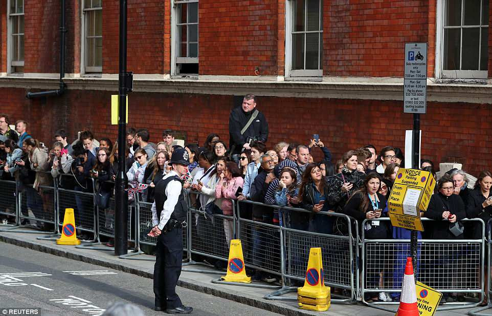 Cientos de personas han estado esperando fuera del Lindo Wing toda la semana en el período previo a la fecha de vencimiento de Kate