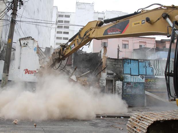 Máquina demole prédio na rua Helvétia, na região da Cracolândia, em SP (Foto: Luiz Guarnieri/News Free/AE)
