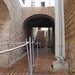 El arco de adobe, la rampa de acceso y el corredor