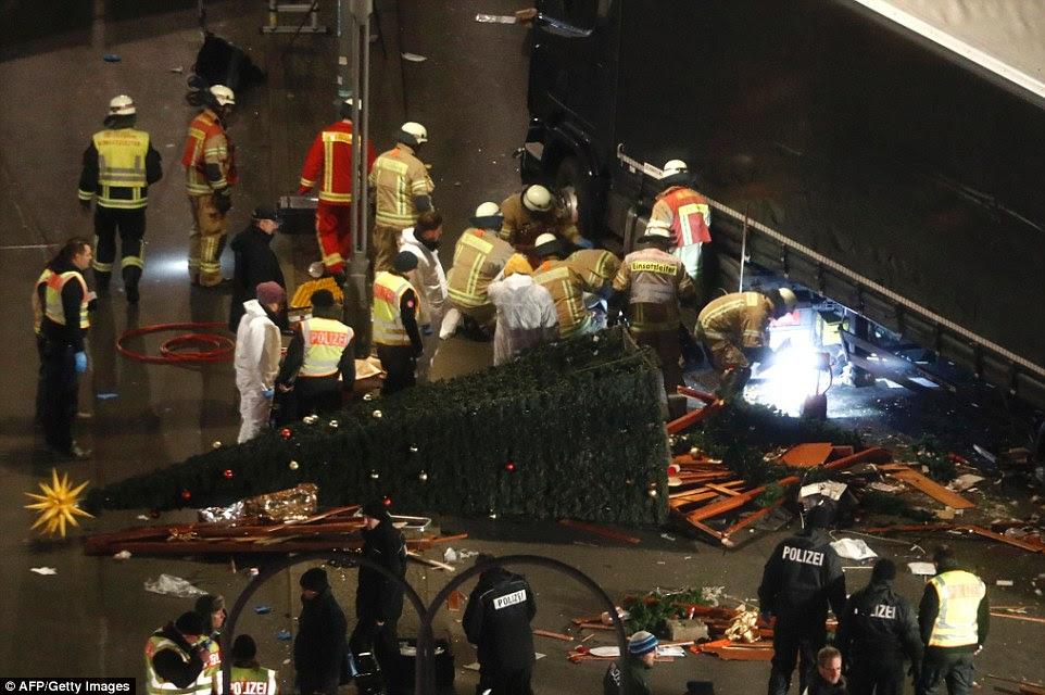 A sangue-frio: O ataque terrorista chocou o mundo - e estas fotografias mostram como os serviços de emergência lutaram para salvar os feridos