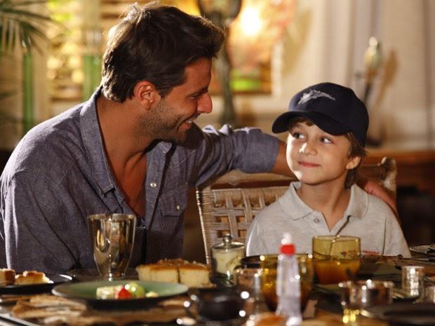 Cassiano e o filho são os mais novos melhores amigos (Foto: Flor do Caribe/ TV Globo)