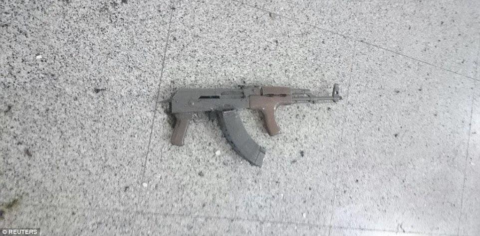 Uma AK-47 pode ser visto deitado abandonados no chão, depois de três homens-bomba detonar explosões no aeroporto, enquanto a polícia responderam ao fogo