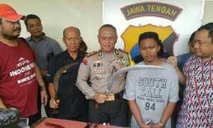 Polisi menunjukkan senjata tajam milik geng Camp TT 136. (Instagram-@humasrestabessmg)