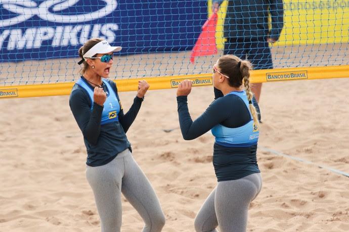 Elize Maia e Rebecca comemoram vitória sobre Larissa e Talita (Foto: Matheus Vidal/CBV)