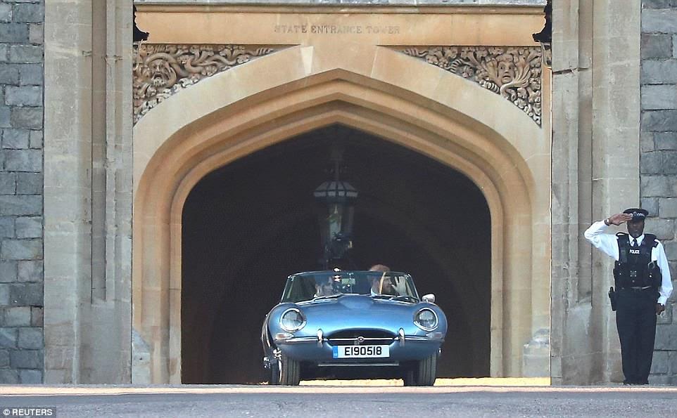 Harry conduce a su nueva esposa fuera del Castillo de Windsor en su camino a la recepción de la noche en Frogmore House